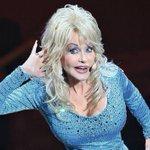 Image for the Tweet beginning: Dolly Parton recibe la vacuna
