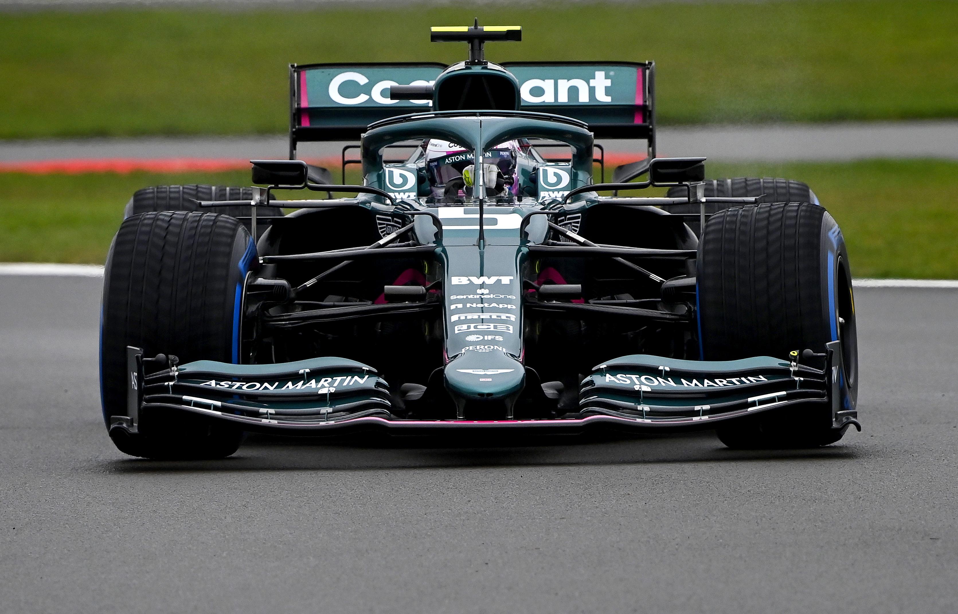 Aston Martin AMR21 na torze Silverstone