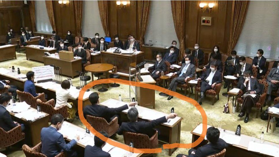 すごいな、田村智子氏が「総理」って聞いてるのに、自民党の理事席が一斉に丸川大臣を指さして「アッチを指せ」と指示してる。委員長がこの指示に従って答弁を求めるのなら、更迭されてしかるべきだよこりゃ。公正な議場になってないじゃん。