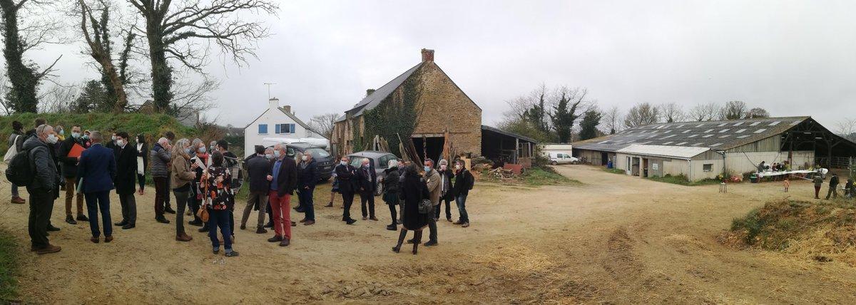 #SalonAlaFerme : une cinquantaine de personnes et de nombreux élus sur la ferme de Dominique Raulo et Gilles Chevalier, à Muzillac dans le #Morbihan, ce jeudi, pour parler PAC et outils de transition. https://t.co/UITbLQ2lyb