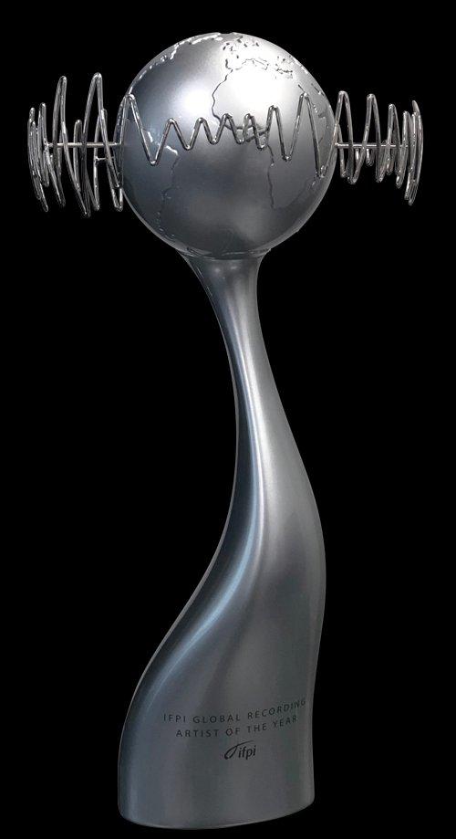 """트로피 진짜 멋지네  방탄소년단 💜 태형아 ~ 또 또 축하 축하해요 🎉🎉🎉  👍👍 BTS will be awarded the """"Global Recording Artist of the Year"""" trophy from IFPI.  #BTSNo1GlobalArtist #IFPIGlobalArtistChart  #KimTaehyung #BTS  @BTS_twt"""