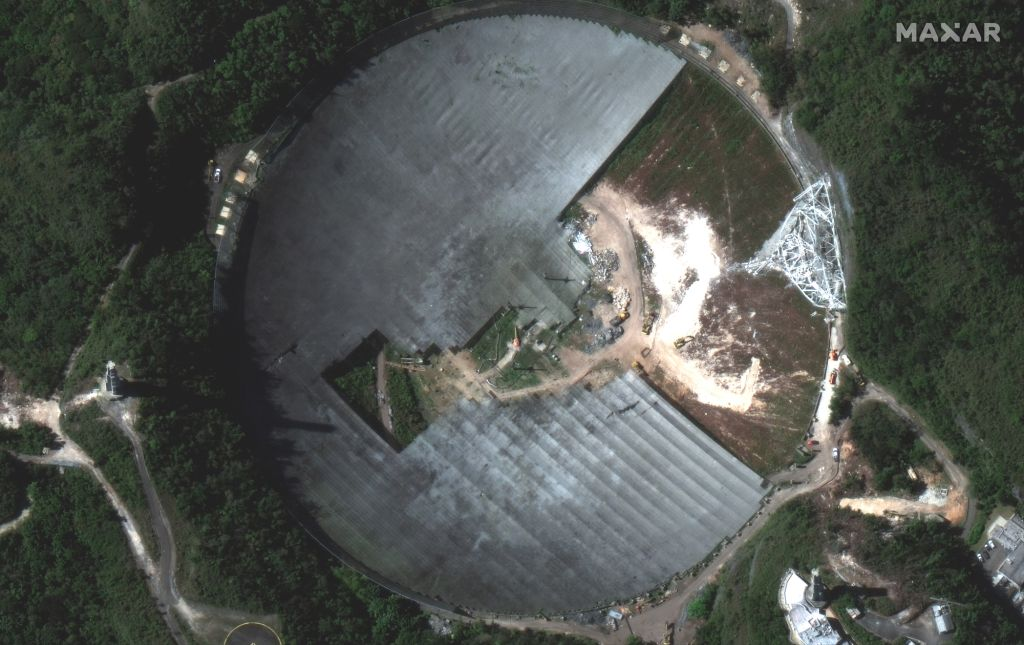 Satellite imagery from @Maxar captures the sad spectacle of the Arecibo Observatory being dismantled in Puerto Rico. space.com/arecibo-observ…