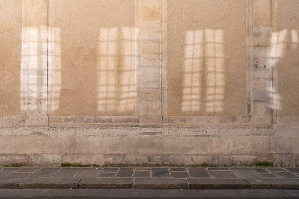 Fenêtres sur rue #lumiere #mur #paris #reflets #fenetre #rue #lemarais #paysage #trottoir #mur #pierre #paysageurbain #light #shadow #windows #urbanlandscape #urbanphotography #pavement #france #stone #wall #architecture #reflection #street #city #picoftheday  #colors #igers…