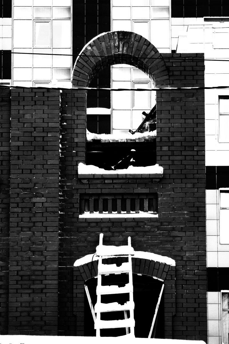 #ladder #windows #building #street #streetphoto #streetphotography #russia #russianspring #blackandwhite #bw