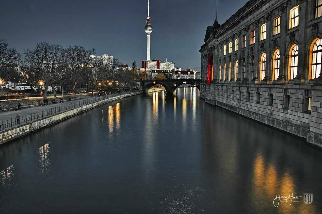Berlin ist cool  #berlin #germany #night #nightshot #longexposure #longexposureoftheday #foveonsensor #foveon #bestofberlin #berlingram #architecture #cityphotography #city #spree