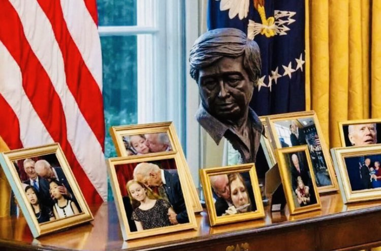 A glimpse into the Oval Office #Biden