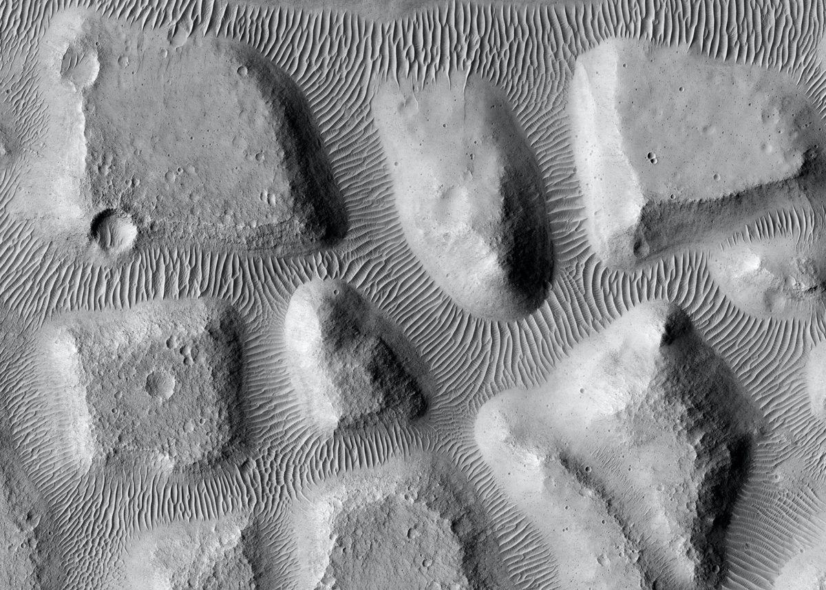 Some @HiRISE art from Mars to start off the day (cropped from image taken on January 21, 2021; credit: NASA/JPL/University of Arizona)
