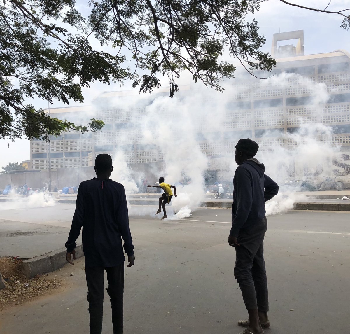 #Senegal: More clashes in Dakar between Sonko's supporters and security forces around Cheikh Anta Diop University. #Kebetu #FreeSenegal