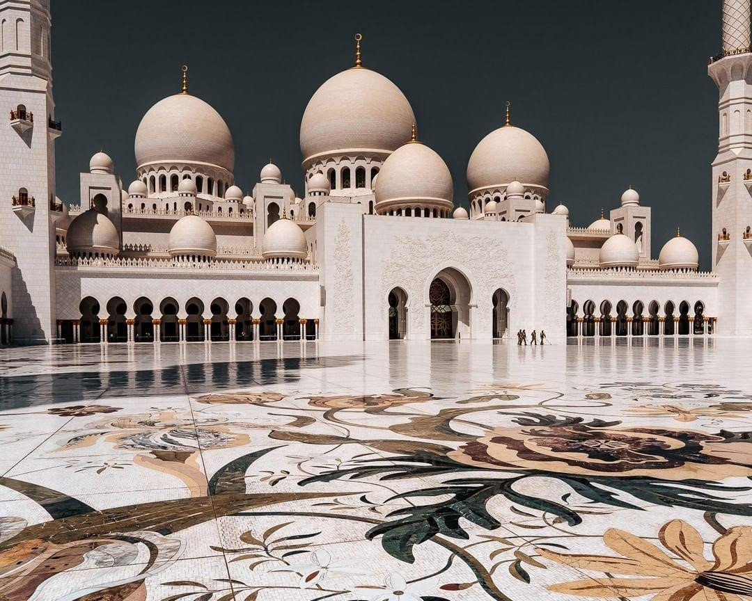Divine beauty surrounds this white marble masterpiece 🕌 #InAbuDhabi. The floral designs of the courtyard were created by acclaimed British artist Kevin Dean who used flowers that're familiar in the Arabian Peninsula 📸 sorrentino_photography ⁣/Instagram #StaySafe ⁣#AbuDhabi https://t.co/vX6OryR6JP