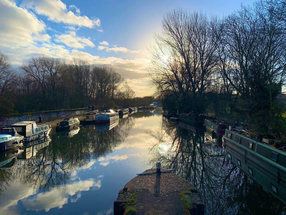 Friday morning views 🌅👍 . #morning #morningwalk #morningroutine #morningviews #views #londonviews #riverlea #reflections #sun #sunrisephotography #walthamstow #walthamstowmarshes #hackney #hackneymarshes #walkies #riverside #london #londonview #early #earlymorning
