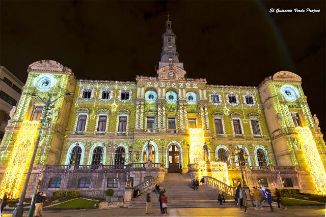 En plenas fiestas navideñas, vamos a dar un paseo por #Bilbao, sus mercados y la iluminación que en esta ocasión ha llenado con luces de #Navidad los árboles de El Arenal
