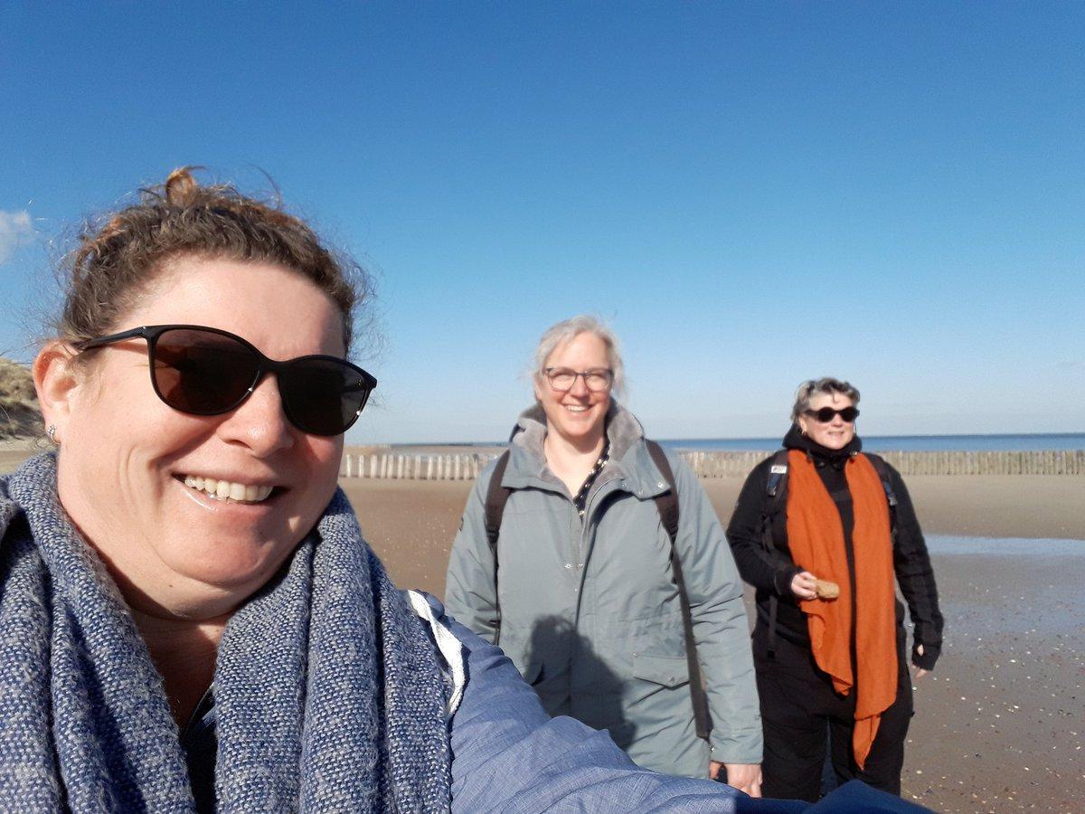 Op stap met 2 vriendinnen. Veel kennis, uiteenlopende karakters en prachtig weer. Interessante en gezellige middag met @HesterLoeff  en Monique.  #westerschouwen #zeeland  #strand #strandvondsten #schelpen #fossielen #duinen #wandelen #strandwandeling  #beach #fossils