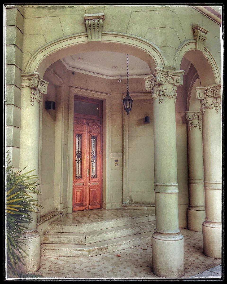 Una esquina sobre calle Zapiola #Colegiales #sunnyday #5Mar #bookstagram #facades #citilife  #cityscape #pictureoftheday #doors #doorsandwindows #librosymaslibros #buildings #rainyday #buenosairesphoto  #art #arq #design #Artist #streetart #streetstyle #color #photo mía