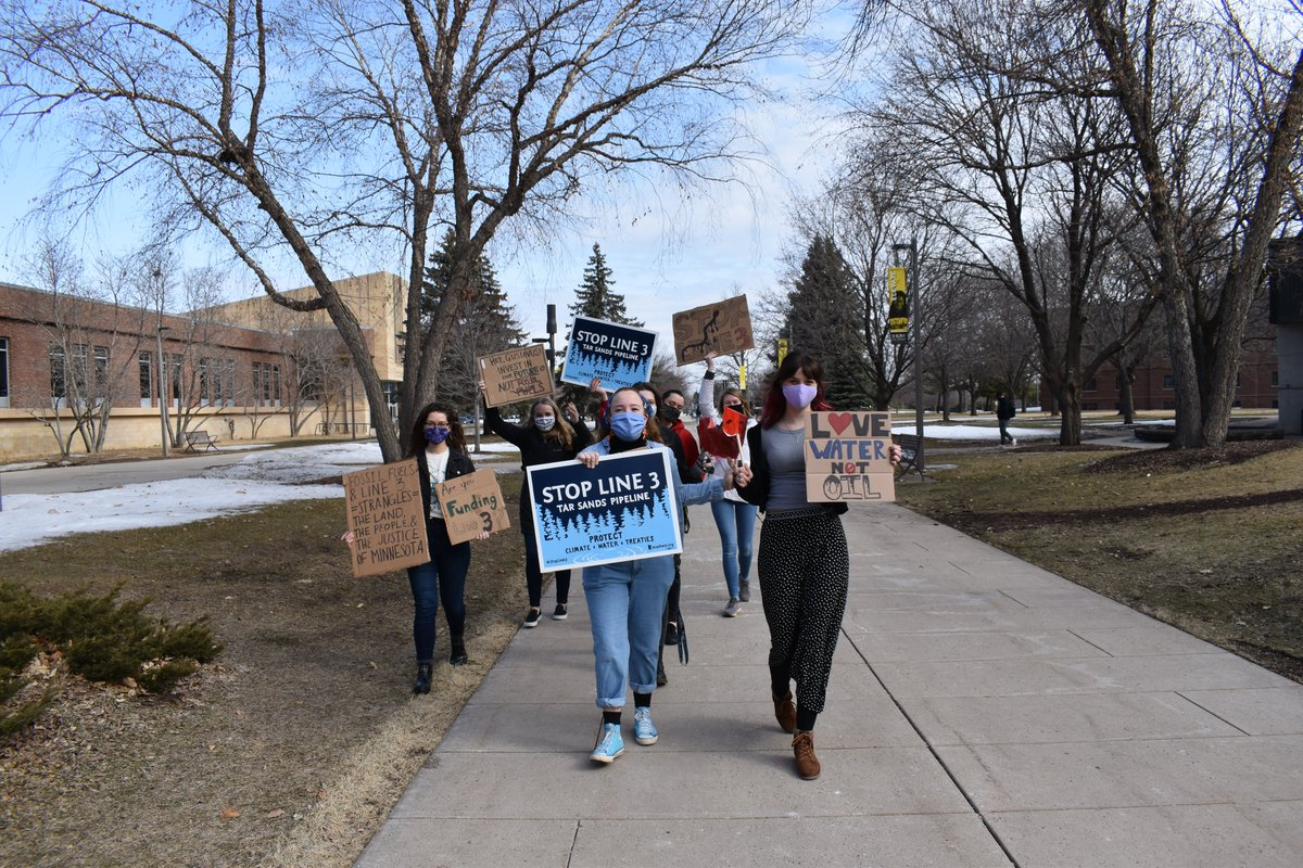 """Students from @Gustavus Adolphus College in MN demand their school🛑💰#StoptheMoneyPipeline🛑💰to the #ClimateEmergency.  No more investing in corps like or financing @Enbridge, who's building a #TarSands pipeline that's like a """"bomb for the climate"""". #DivestED #DefundLine3"""