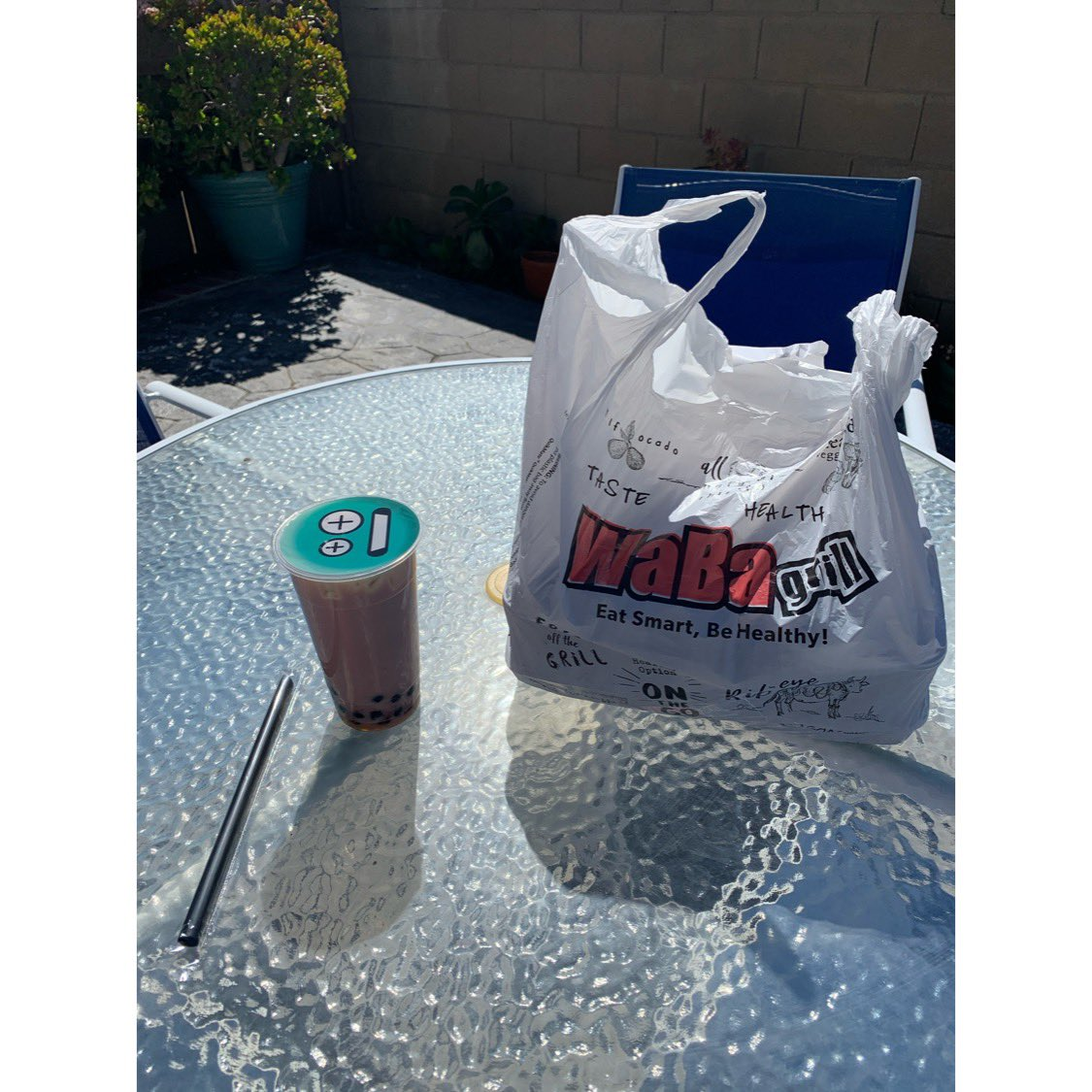 Lunch by the pool ❤️☀️🌴 @wabagrill #bobateaandyogurthouse #food #yummy #sofl #socal #friday #vibes #pool #health #wellness #lifestyle #eat #drink #wabagrill #familymeal #grilledchicken #rice #vegetables #strawberry #boba