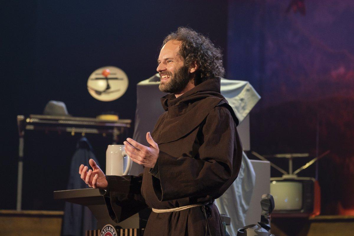 """""""Die Inzidenz muss raa"""" Maximilian Schafroth beginnt mit einem Mönchs-Choral die Fastenpredigt #Nockherberg21 #Paulaner #Salvator @BR24 https://t.co/M9WsGdnrpm"""