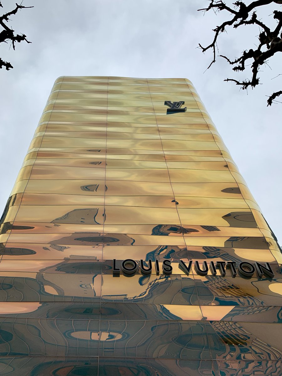 え、どうなってるんだ? とわざわざ近くまで見に行った銀座並木通りのルイ・ヴィトンのビル。ほんと、どうなってるんだ。