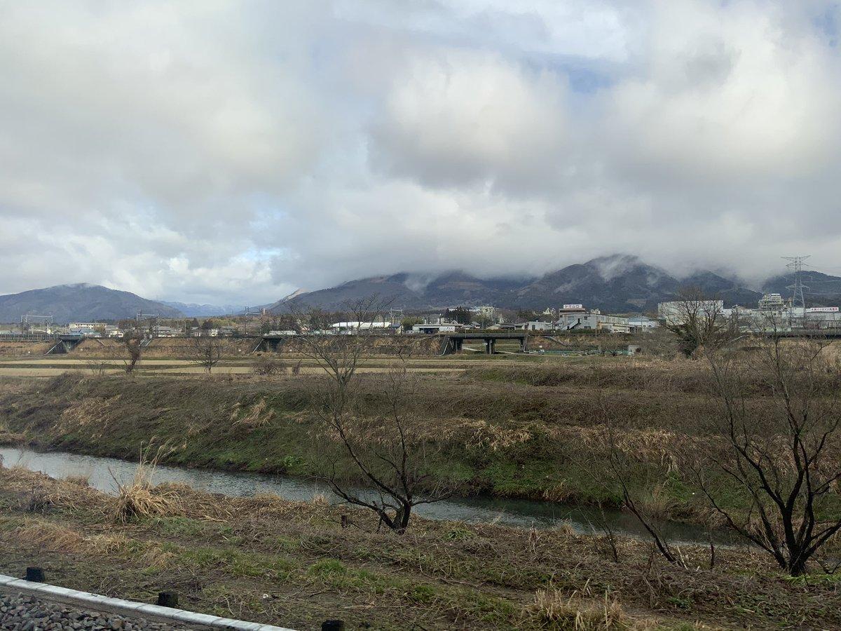 岐阜県側からは秀麗な姿を見せていた伊吹山は、残念ながら雲でお隠れです。美しい森谷エルザに嫉妬しているのでしょうか。 ということで、本日ワタクシが向かっている先は、多くのワグネリアンの皆さま方と同じです。