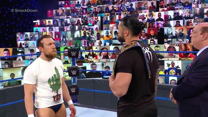 Daniel Bryan encarando a Roman durante SmackDown.