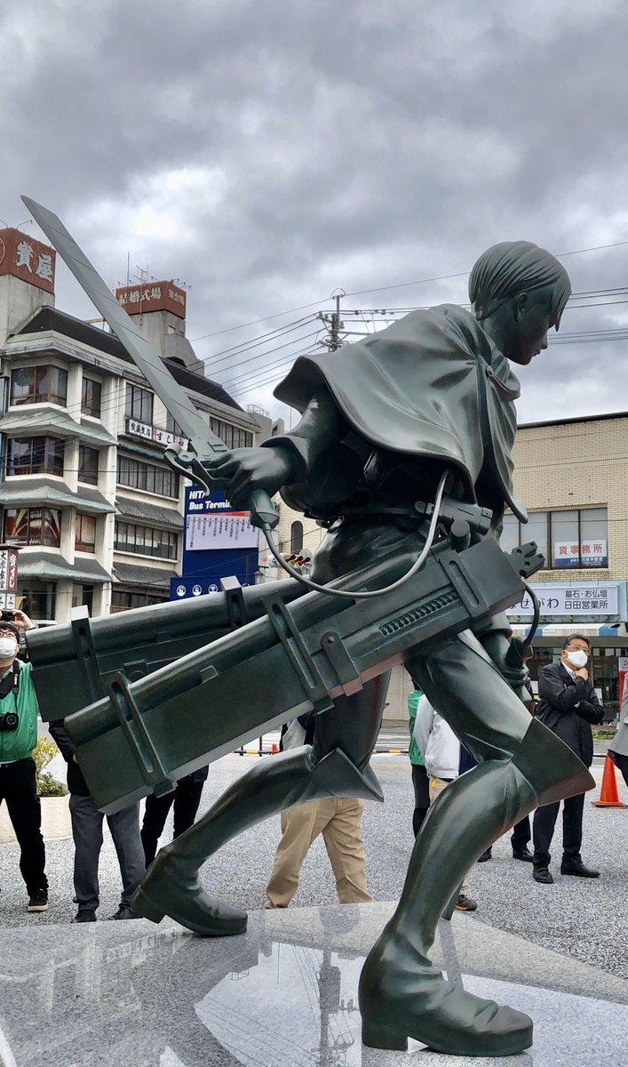リヴァイ兵長の銅像は等身大サイズ。立体機動装置を身に着けた姿が凛々しいですね! 向かいのビルにも巨人が、、、、。銅像はこのあと正午ごろに一般公開されます  #oita #大分 #大分合同新聞 #大分合同新聞プレミアムオンラインGate #進撃の巨人 #リヴァイ兵長 #進撃の日田 #日田