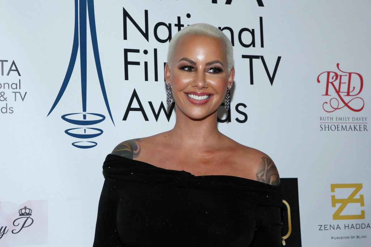 """""""You can never overreact over being slut-shamed by your past history of dating...""""  Amber Rose spoke out in defense of Taylor Swift: https://t.co/w26WiJJ3jv https://t.co/xa4z6ha9Fk"""