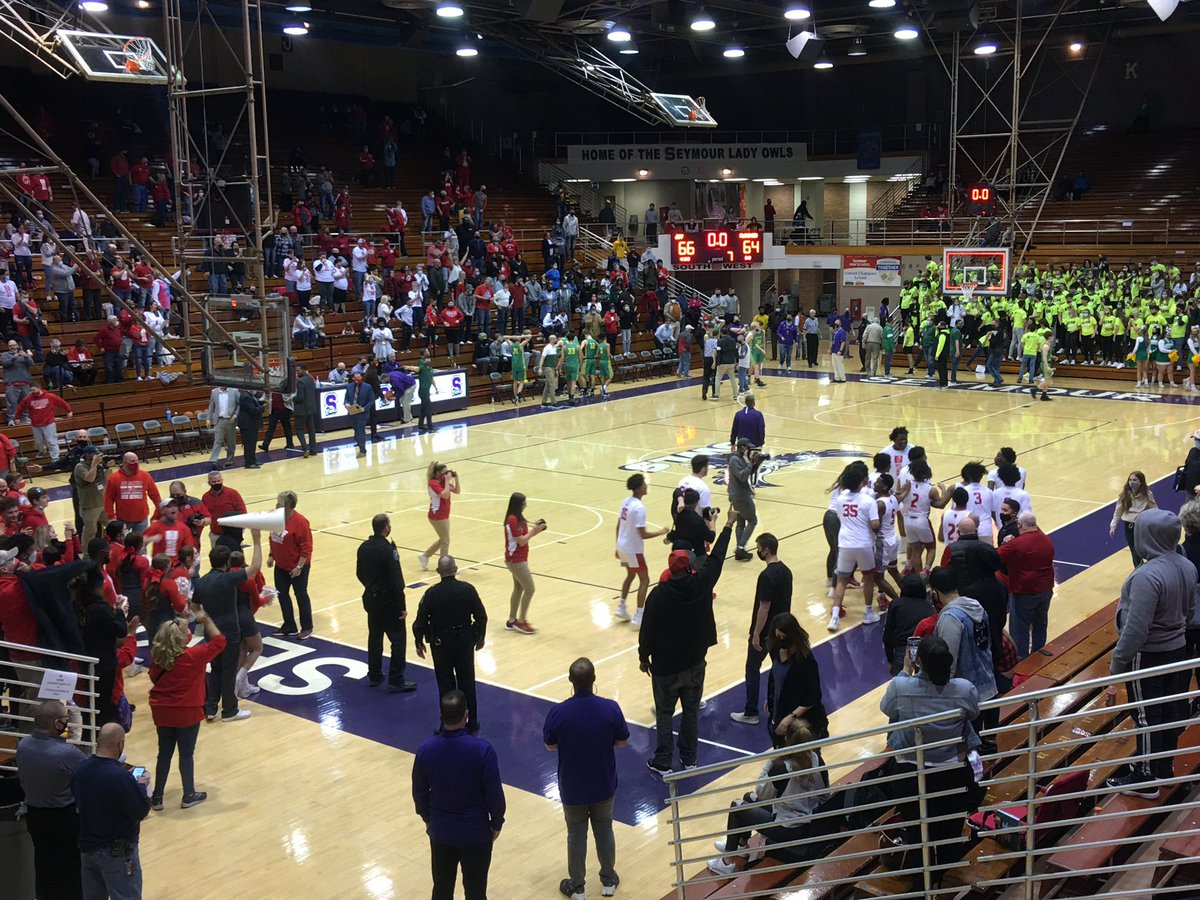 It's over!  Jeffersonville wins 66-64 over Floyd Central in Triple OT!   An all time classic.   Well done boys on both sides. https://t.co/0suNMh3uqm