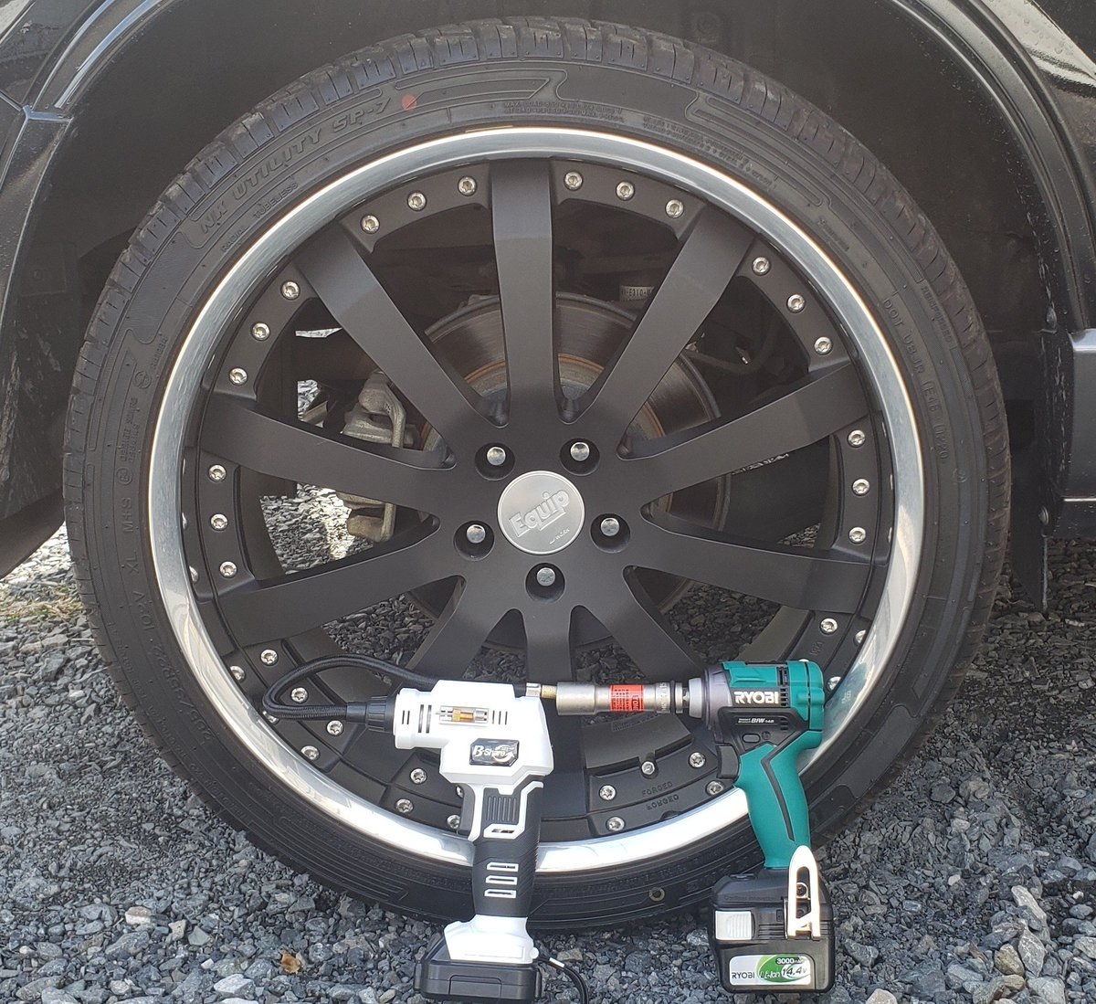 タイヤ交換完了~♪大きいタイヤは重くて疲れる(笑)でも、電動工具のおかげで楽チンでした(ノ゚∀゚)ノ #電動工具 #work #エクイップ