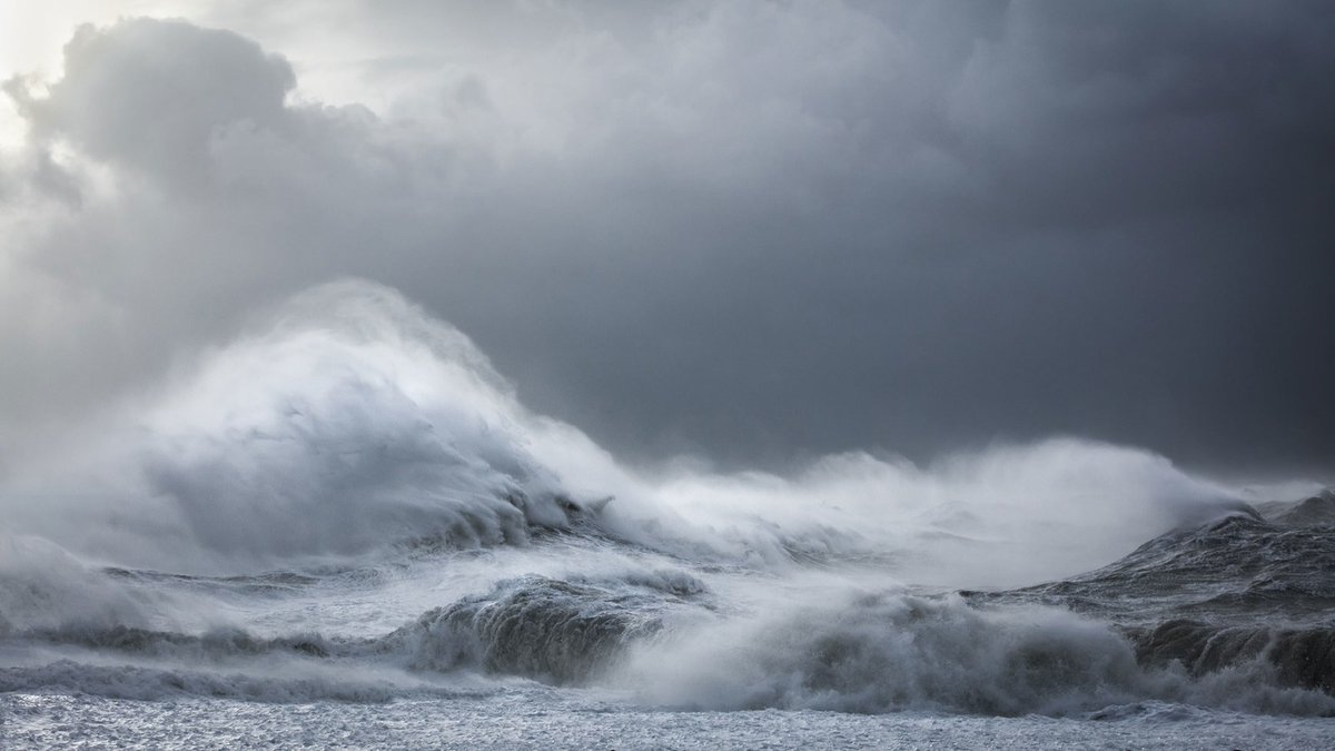 It took months to get these perfect, stunning shots of waves near Newhaven Beach in southeast England. Here's the backstory:   📸 : Rachael Talibart
