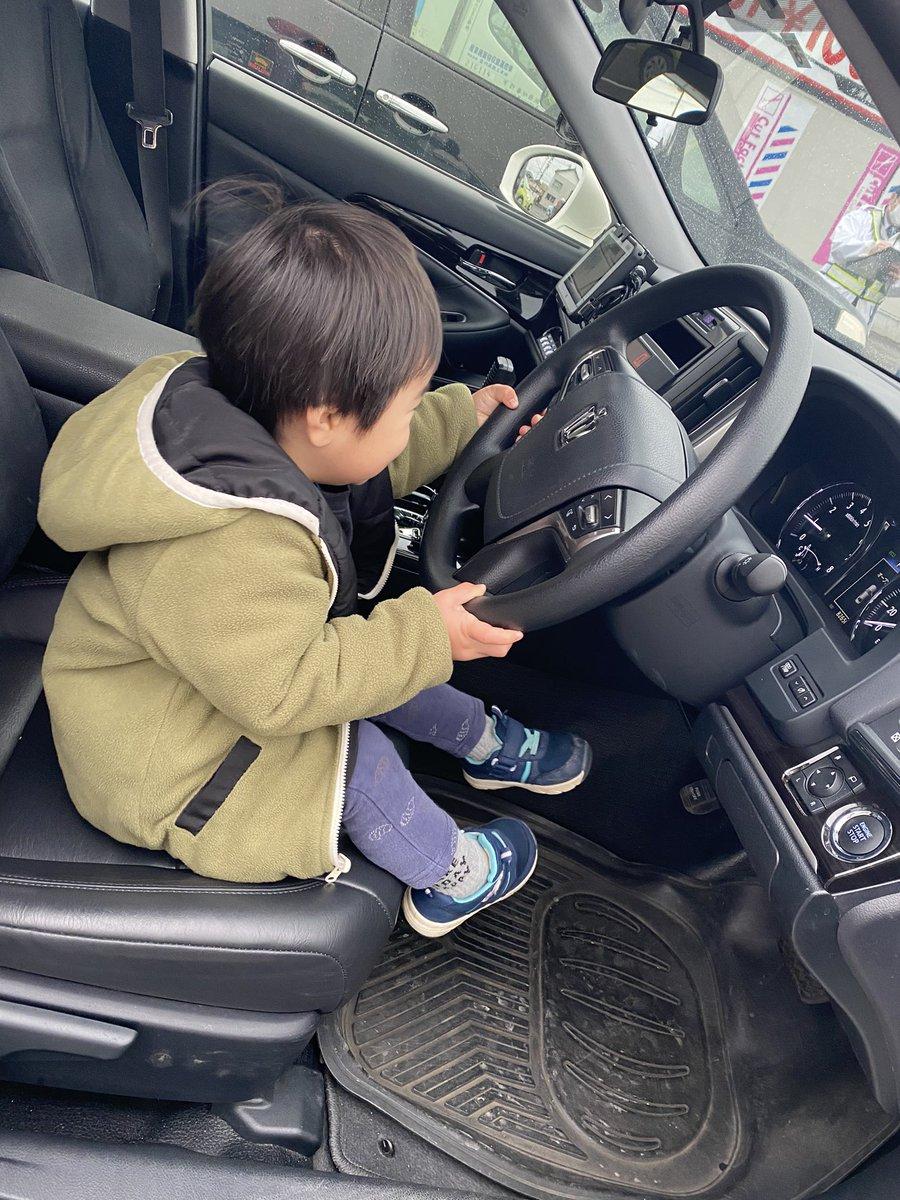 当て逃げされて警察呼んだらまさかの展開に!息子さんがパトカーに乗せてもらっている姿がほっこりすると話題に!