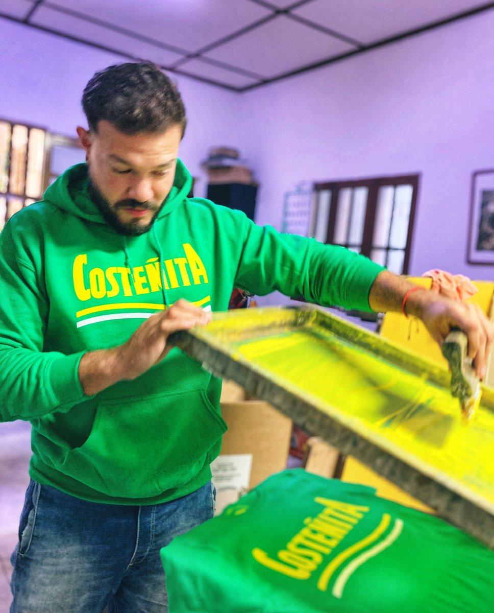Las camisetas de @todomono se hacen en el tradicional Barrio Abajo de #Barranquilla, a mano, una por una y con mucho cariño!... 🌞 Con toda la sabrosura del #Caribe 🌊🌊🌊 #todomono