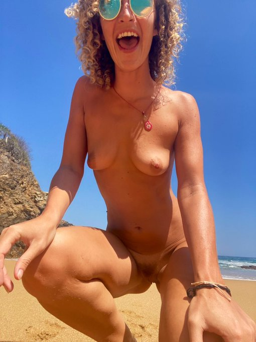 2 pic. Retweet if you think all beaches should be nude beaches 🥰💕 https://t.co/6E6p8iyVoz