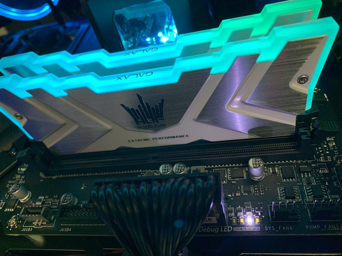 とまったガァー🤯 BIOSアップデートしたら、BIOS入れなくなった… ヘルプ〜😭😭😭😭😭 様々な挿し方はしてみたんだけど…  アップデートまでは正常に起動できてました…😓 LEDはDRAMとCPUを行き来してます #msi #HOF
