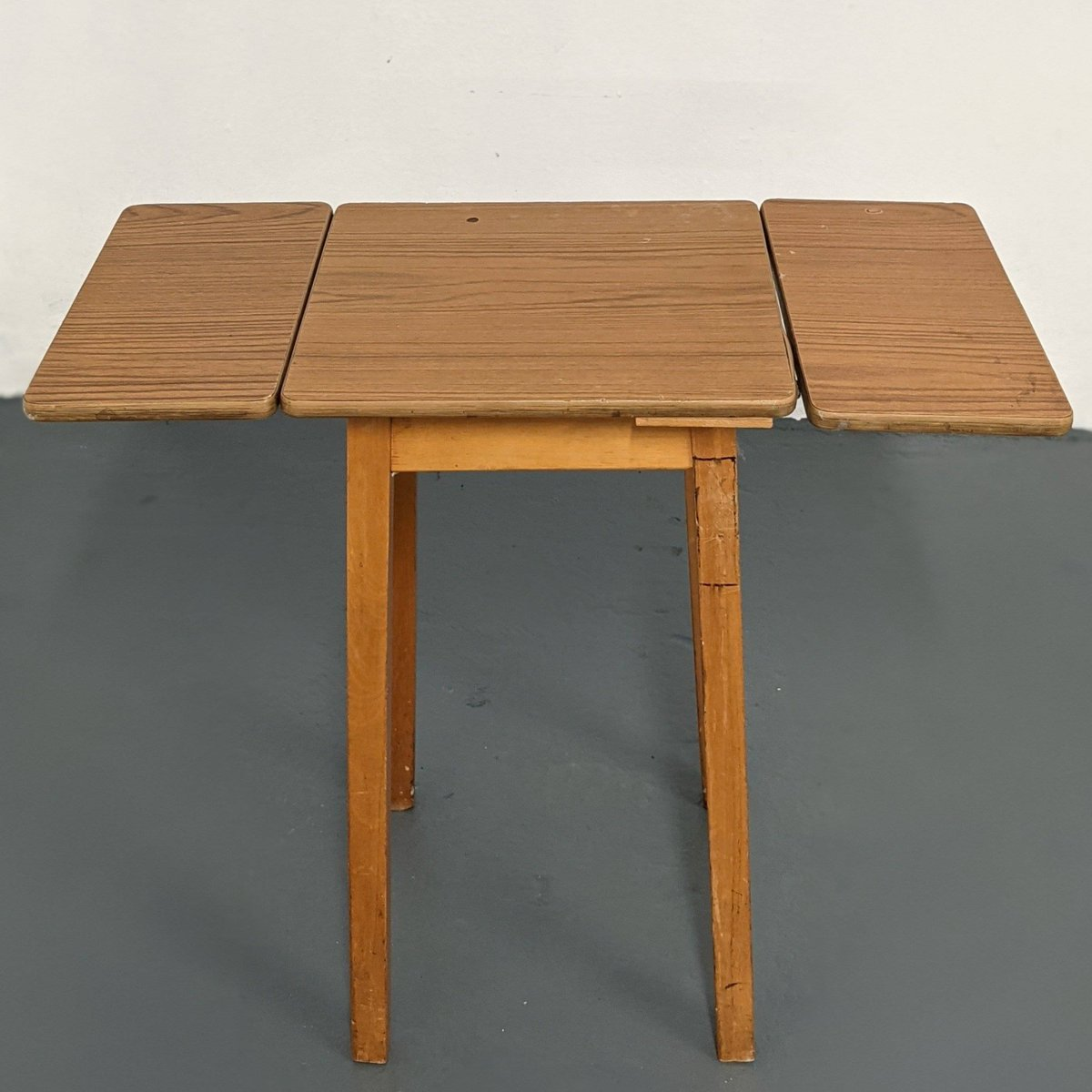 Vintage Retro Wood Effect Laminate/Formica Small Drop Leaf Table #foldingtable #lowcostliving #secondhandfurniture #reuse #retro #formicatable #smalltable #dropleaftable