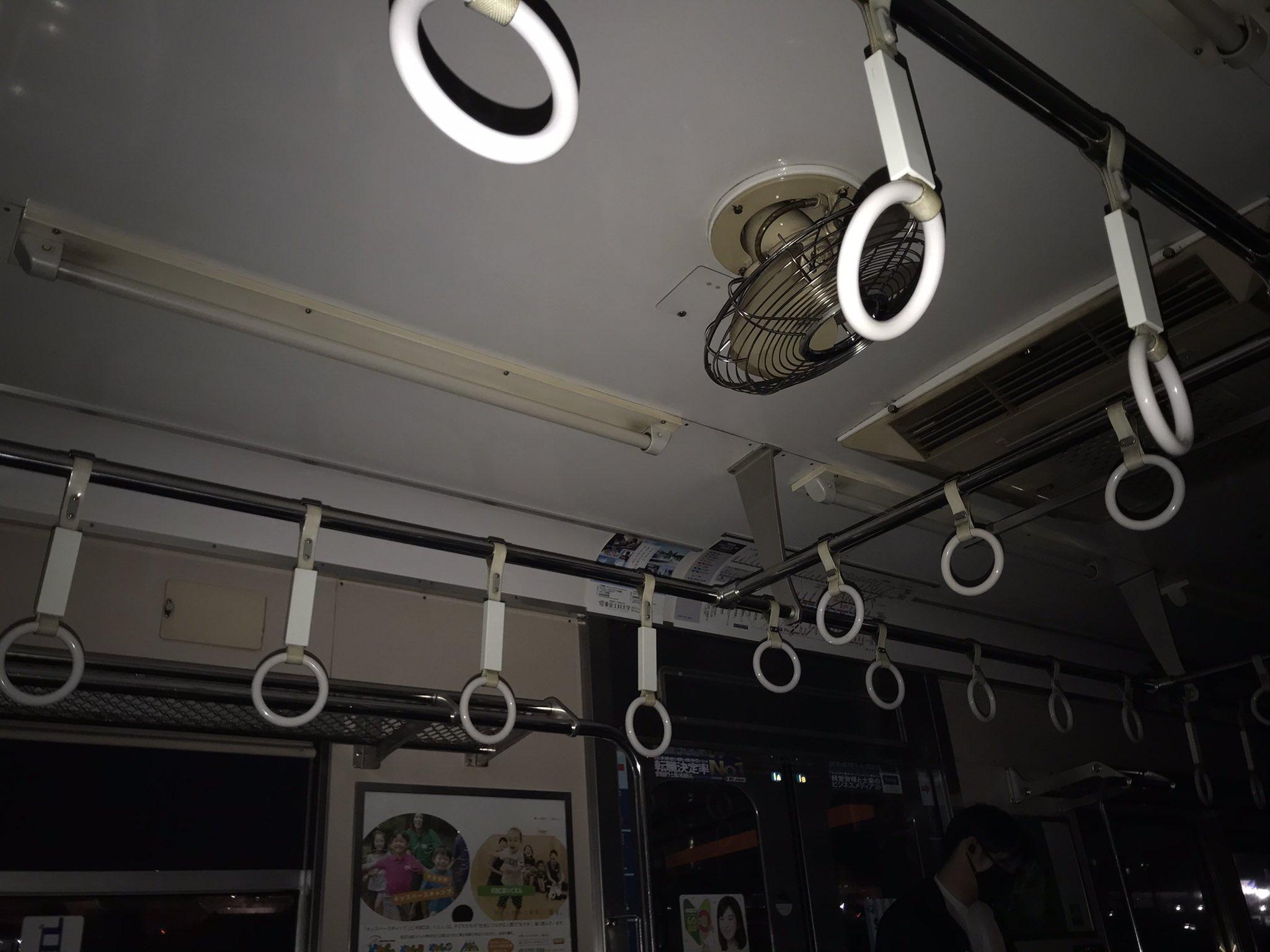 東急田園都市線の人身事故で停電している電車内の画像