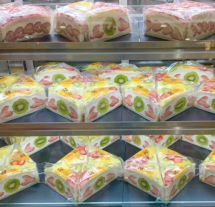 愛知県高浜市にあるお店『八百甚(やおじん)』の、果物をふんだんに使ったフルーツサンド✨  販売日の水曜日と土曜日は、販売開始1時間前から長蛇の列ができる大人気商品です!