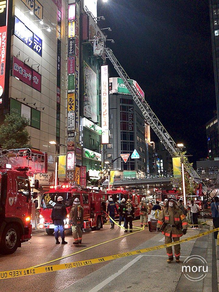 新宿駅南口のドンキのビルの火災ではしご車で救出している画像
