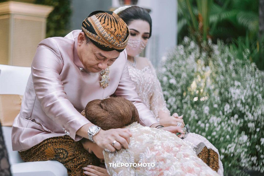 Sebelum melakukan prosesi siraman, Aurel terlebih dahulu sungkeman meminta restu dengan orang tuanya, Anang dan ibu sambungnya, Ashanty.