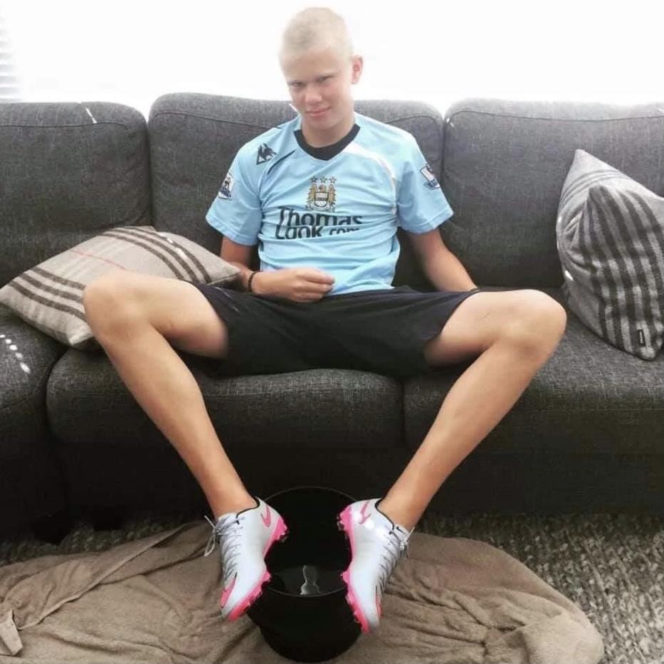 🧒🏼 Quién es este chaval con cara de diablillo que lleva puesta la camiseta del Manchester City⁉️  #MisterFantasy 👔