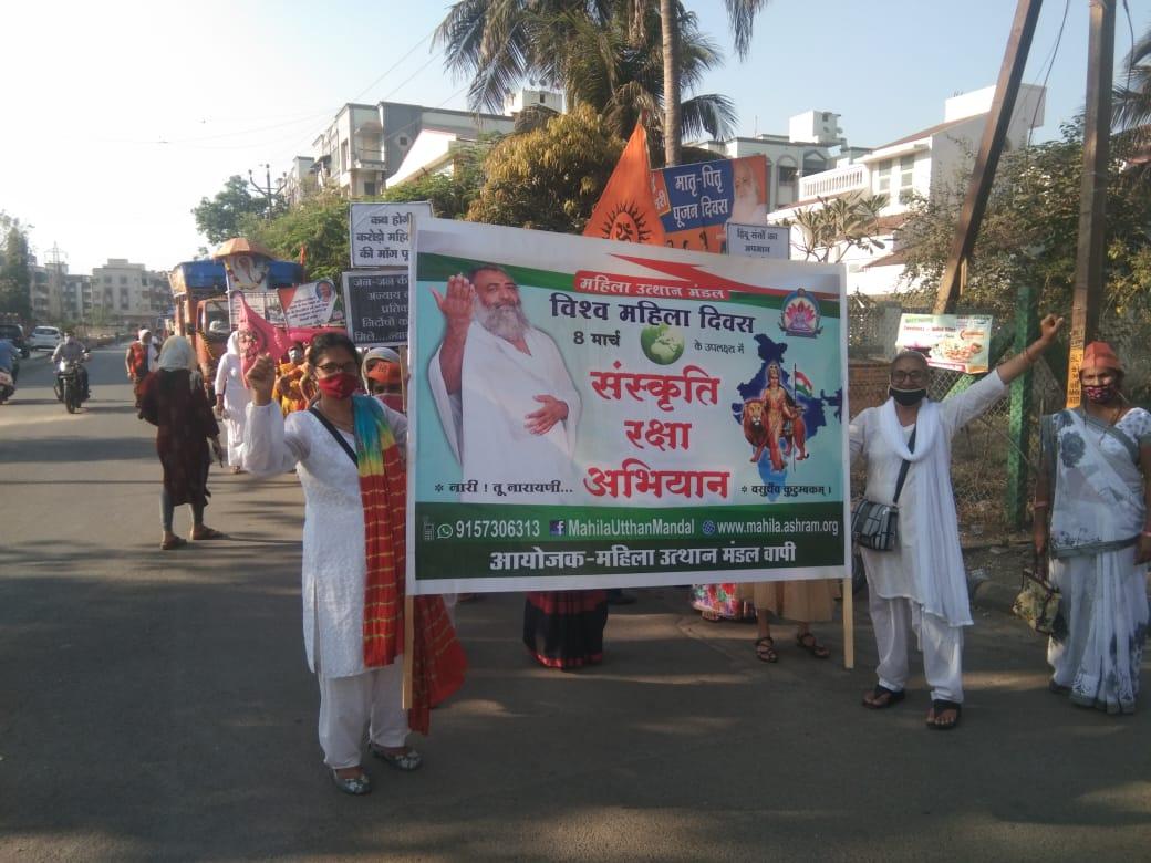 #WednesdayMotivation 8 मार्च #internationalwomensday2021 पर पूज्य Sant Shri Asharamji Bapu की शिष्या साध्वी अनुराधा दीदी के सान्निध्य में पूज्य गुरुदेव के समर्थन व सम्मान में वापी गुजरात मे महिला रैली का आयोजन हुआ। महिलाओं ने #Bapuji की अति शीघ्र रिहाई की मांग की। #Justice4Bapuji