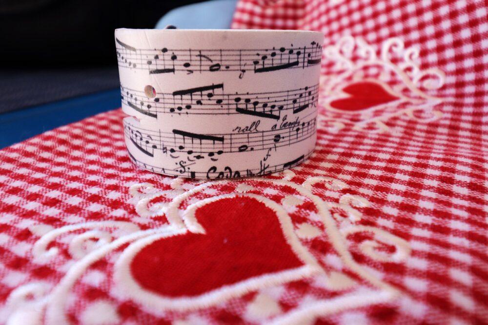 Check it out!  #EasySmartDecor #HomeDecor #LedLights #Storages #SmartHome #tablecloth #music #sheet #hearts