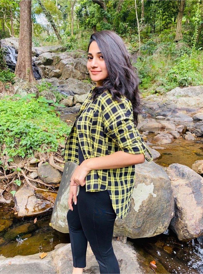 #Losliya allures with her pretty look @Losliyamaria96