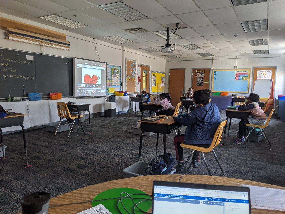 Frau Probascos vierte Klasse beginnt heute mit dem gleichzeitigen Lernen! @APS_ATS https://t.co/6koIYMRhpR