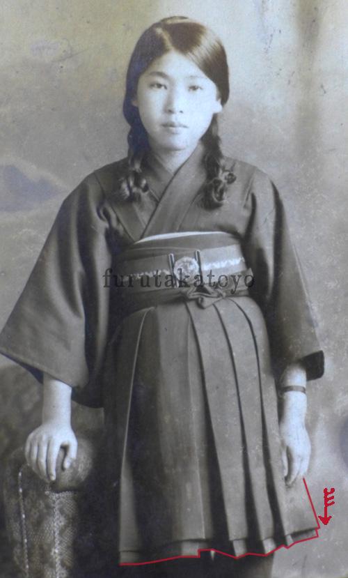 私が知る限り、戦前の女学生で最高レベルに短い袴を履いている写真。