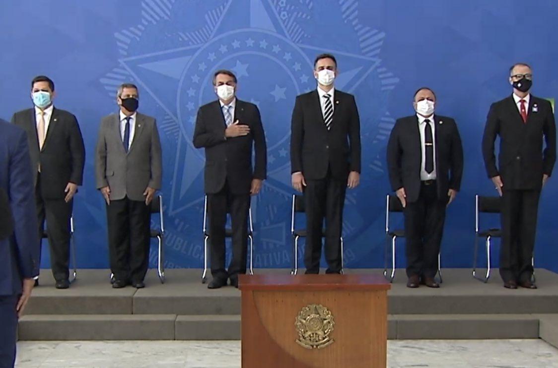 Algo que não se via há meses: todo o primeiro escalão do governo - incluindo o presidente Jair Bolsonaro - usando máscaras em uma cerimônia no palácio do planalto. Evento é para sancionar lei que acelera a compra de vacinas. https://t.co/gFBTU1Yba0