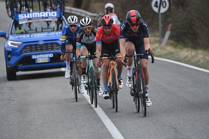 EwNSmQnUUAY0 VC?format=jpg&name=small - Julian Alaphilippe gana el sprint en cuesta de Chiusdino