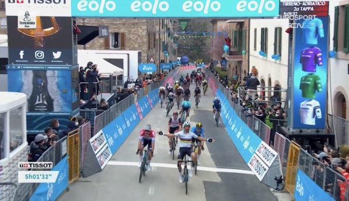 EwNVGmxWEAAypDp?format=jpg&name=small - Julian Alaphilippe gana el sprint en cuesta de Chiusdino