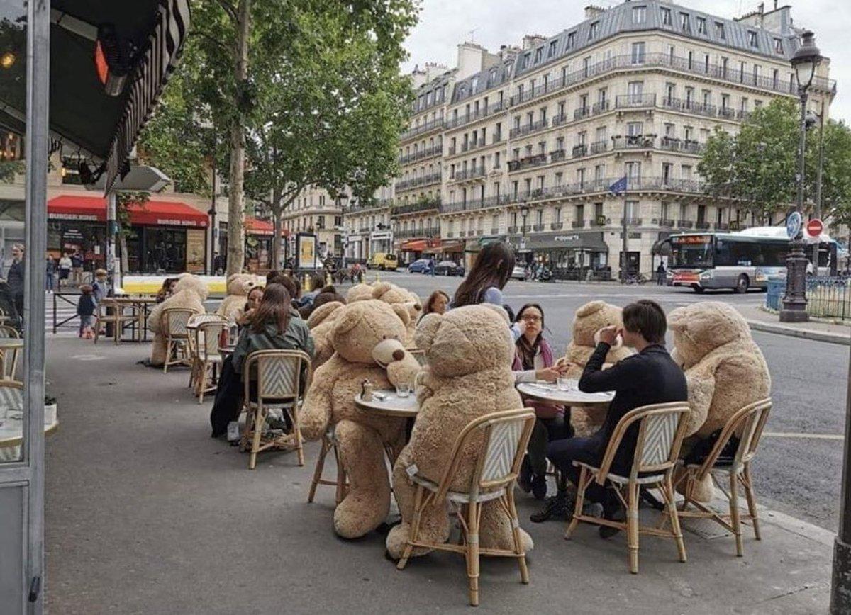 パリのカフェの様子がかわいい!ソーシャルディスタンスもくまのぬいぐるみを利用