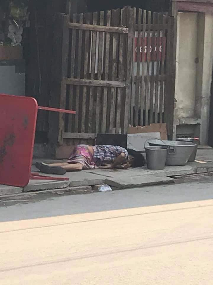 #HappeningNow a photo of a woman lying on the ground shot in the head in #Mandalay while many got hit now in critical condition and arrested.   #WhatsHappeningInMyanmar https://t.co/Rjwqk38NpV
