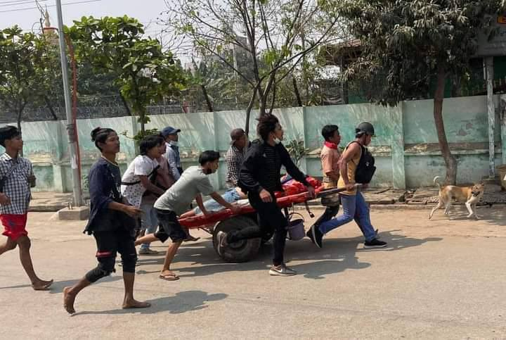 More than 100 Junta Terrorists deployed and crackdown in Sein Pan,Mandalay. Two women were shot to the head and several got injuried.  TOWARDS FEDERAL UNION #WhatsHappeningInMyanmar #Mar13Coup @UN @ICJ_org @Reuters @RapporteurUn @DrSasa22222 https://t.co/hVNYZv8dbj