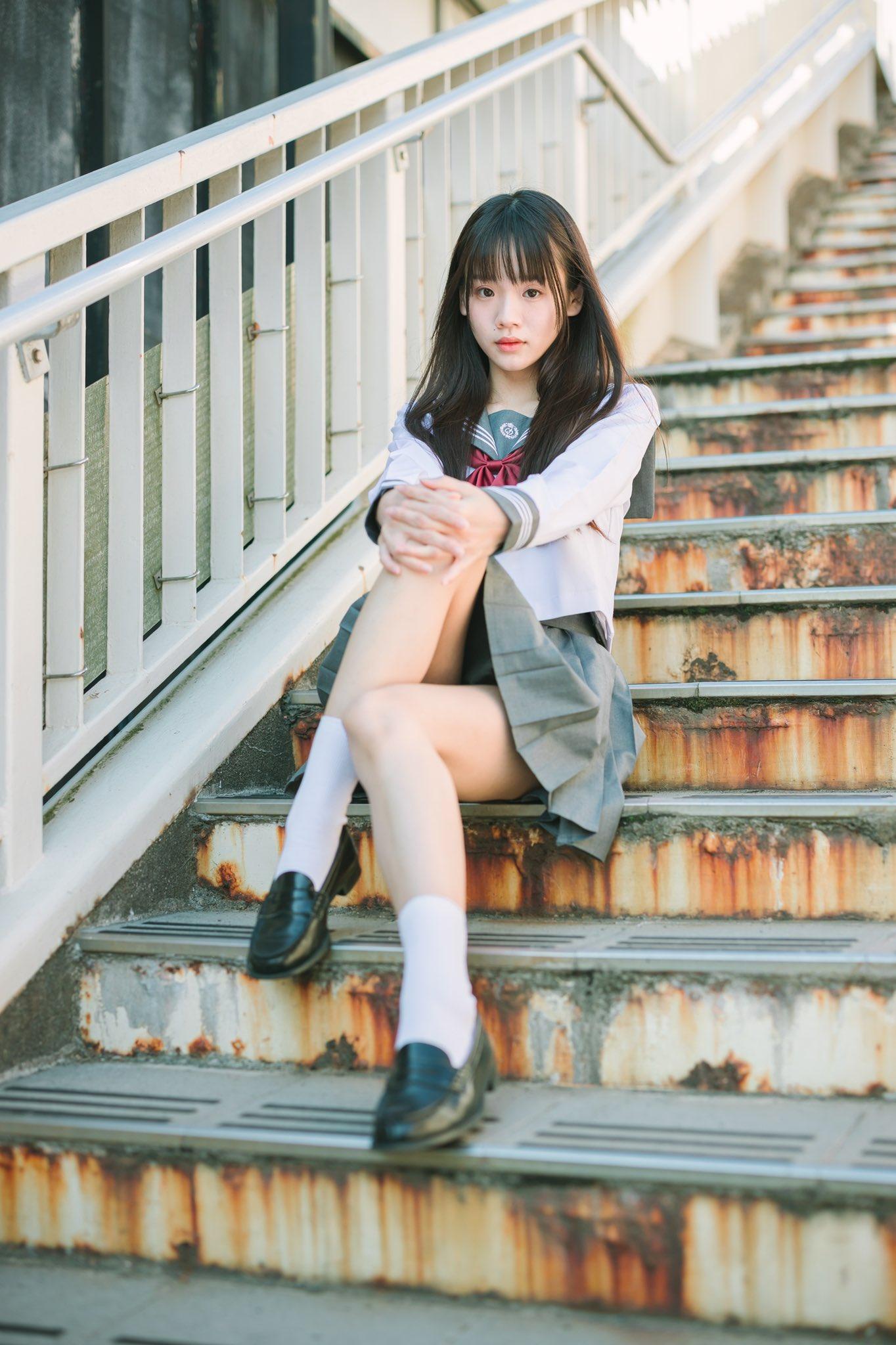 水手服美少女坐在生鏽的階梯上,若有所思💗